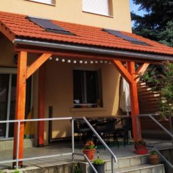 Cserép borítású tetőablakkal megvilágított terasz